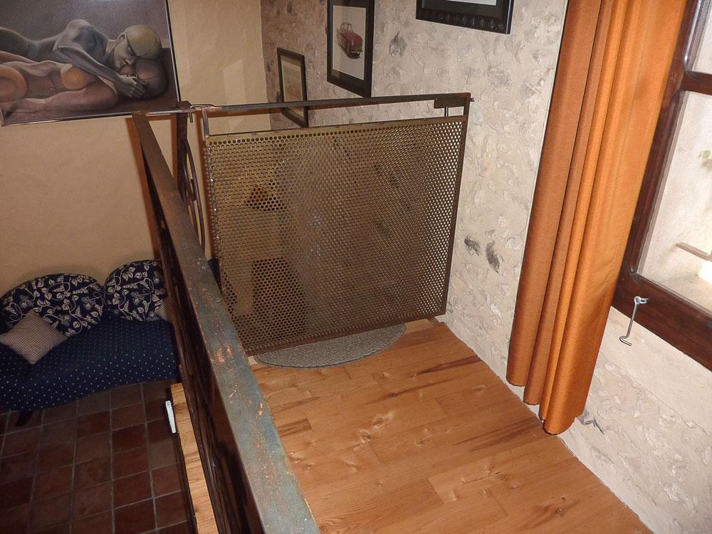 La Plumardie Basse - Dordogne - Ter bescherming van de allerkleinsten is de trapzaal (op de eerste verdieping, bij de slaapkamers) uitgerust met een hekje.