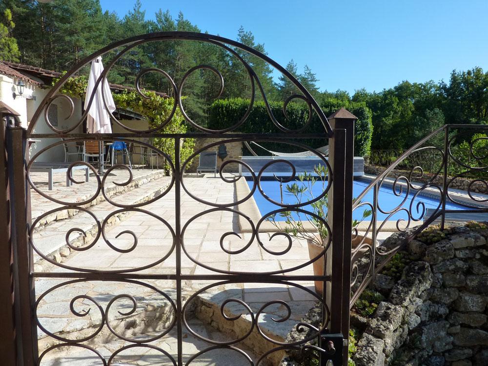La Plumardie Basse - Dordogne - Privaat zwembad en terras. Dit zwembad is uitgerust met een kindveilig drijvend rolluik.