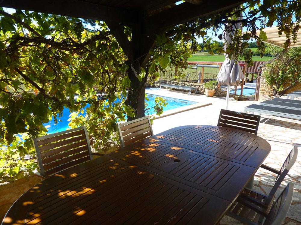 La Plumardie Basse - Dordogne - Het is gezellig dineren of lunchen onder de met druivenranken begroeide overdekte patio.