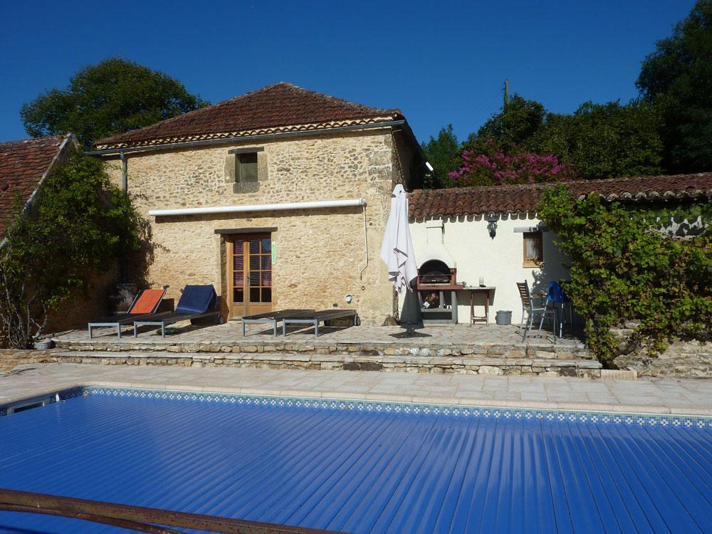 La Plumardie Basse - Dordogne - Het privé zwembad is uitgerust met een kindveilig drijvend rolluik.