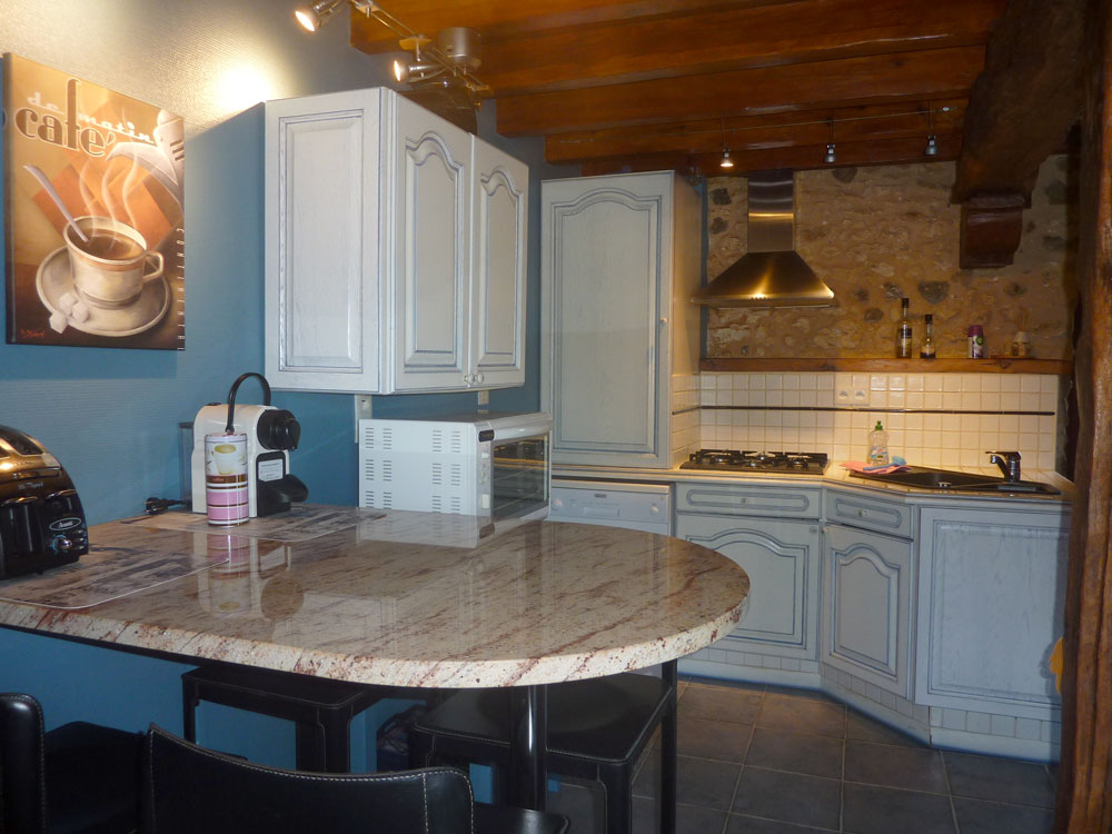 La Plumardie Basse - Dordogne - Gîte 2 - Hoge ontbijttafel met 4 barkrukken